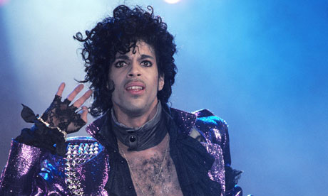 Prince-performing-on-stag-007