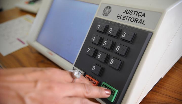Fabio Rodrigues Pozzebom/ABr Brasília - Justiça Eleitoral faz demonstrações das urnas eletrônicas que serão usadas nas eleições de 3 de outubro. Desta vez, o eleitor visualizará, além da foto do candidato, a de seus vices e suplentes, no caso de presidente, governador e senador