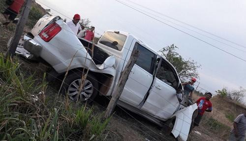 A caminhonete teve a parte frontal destruída após a colisão. Foto: Divulgação