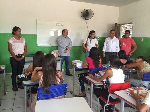 Prefeito Fred Maia durante visita a uma escola do município de Trizidela do Vale (Foto: ASCOM)