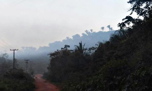 Fumaça sobre o lixão de Pedreiras. Cena de todos os dias (Foto: Sandro Vagner)