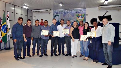 Vereadores e os agraciados com a Moção de Aplausos (Foto: Assessoria da Sec. de Juventude)