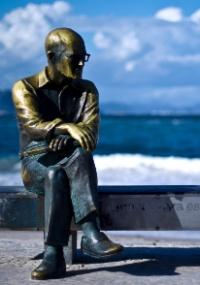 A estátua do poeta Carlos Drummond de Andrade, na praia de Copacabana, no Rio de Janeiro
