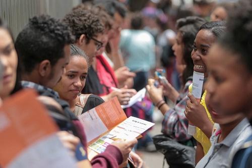 DNT   06-11-2016  SAO PAULO - SP / CIDADES METROPOLE OE / EDUCACAO / ENEM - Estudantes em frenta a Uninove na Av. Dr. Adolpho Pinto, 109 no bairro da Barra Funda em Sao Paulo no segundo dia do ENEM (Exame Nacional do Ensino Medio ) - FOTO DANIEL TEIXEIRA/ESTADAO