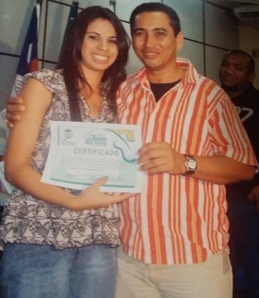 Ruth Barreto recebendo o Certificado de musicista pela Escola de Música Maranhense Lilah Lisboa/ Foto: arquivo pessoal