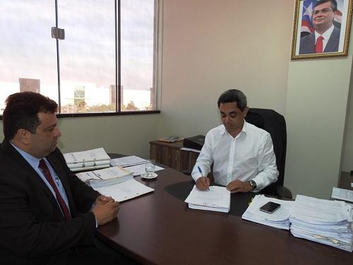 Presidente Odair e Secret Adelmo durante assinatura do aviso de licitação. Foto: Divulgação
