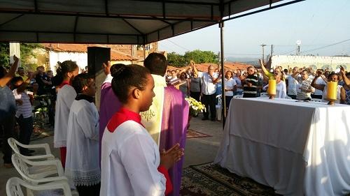 Missa no cemitério do Alto São José (Foto: Toconi e Sara Barreto)
