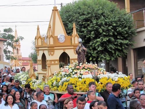 Procissão de São Benedito em Pedreiras. Andor com a réplica da torre do santuário, e ao lado, o cartão postal da cidade/Foto: Sandro Vagner