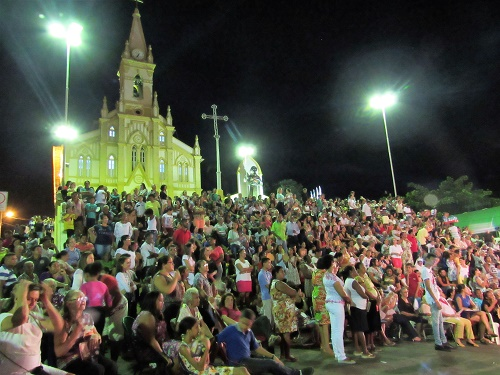 Patamar do Santuário. Multidão aguardando o retorno da procissão/Foto: Sandro Vagner