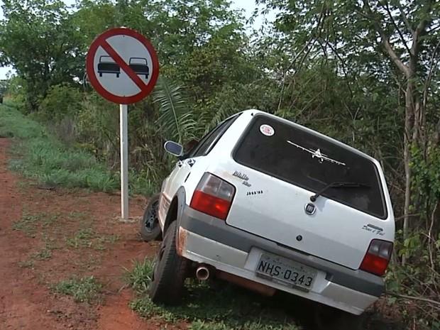 Automóvel parou a poucos metros de uma placa de sinalização (Foto: Reprodução/TV Mirante)