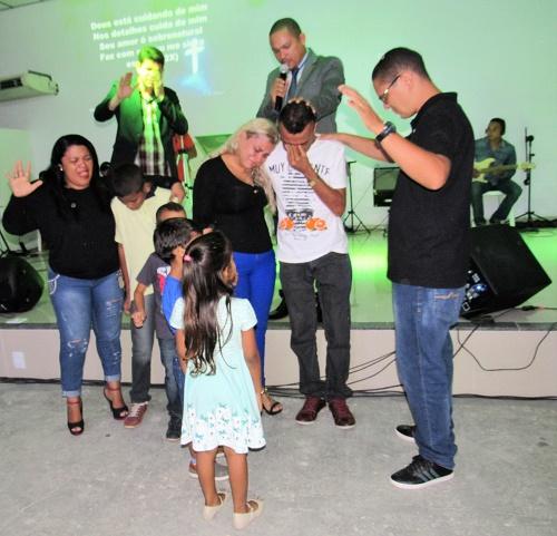 Família sendo convertida/Foto: Sandro Vagner