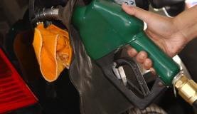 Petrobrás diz que, se o reajuste nas refinarias for repassado ao consumidor, preço da gasolina nas bombas deve aumentar 3,4% ou R$ 0,12 por litro  Arquivo/Agência Brasil