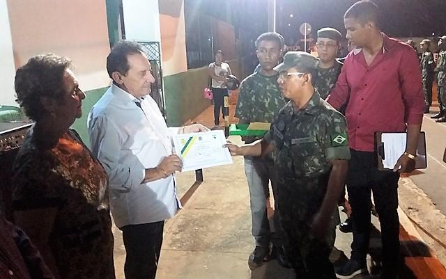 Zito Rolim - Prefeito de Codó, entregando certificado/Foto: Subtenente Lobato